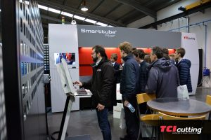 TCI Cutting visita alumnos Caxton College explicacion maquina Spacetubbe Fiber laser maquina de corte