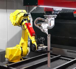 Cabezal de corte laser 3D Spaceline Fiber cortando tubo con ayuda de robot.